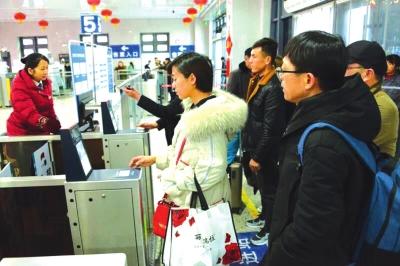 旅客在火车站过闸进站