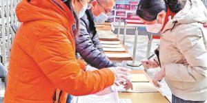 北京新高考首测试,等候家长们前来领卷