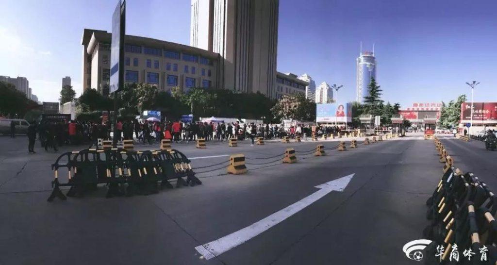 """陕西省体育场座位颜色变""""西红柿炒鸡蛋"""""""
