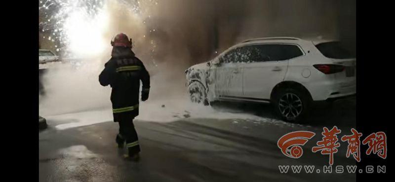 西咸新区一轿车起火引燃后车 救火时车内发生闪爆