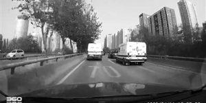 西安北二环上两辆运钞车飙车 交警将约谈两名当事司机