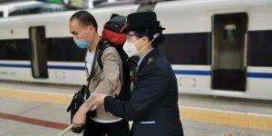 西安客运段对重点旅客挂卡服务 让旅客出行不再难
