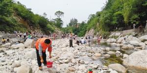 沣峪口内外地游客不慎失足落水 村民跳入水中救援