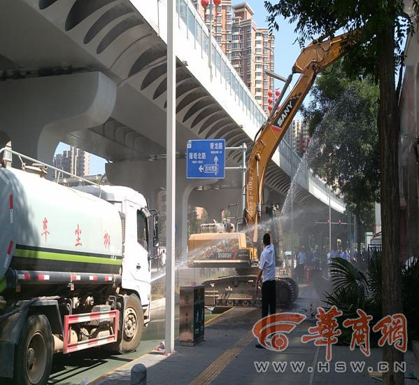 雁塔区城管拆除违建商铺约1500平方米