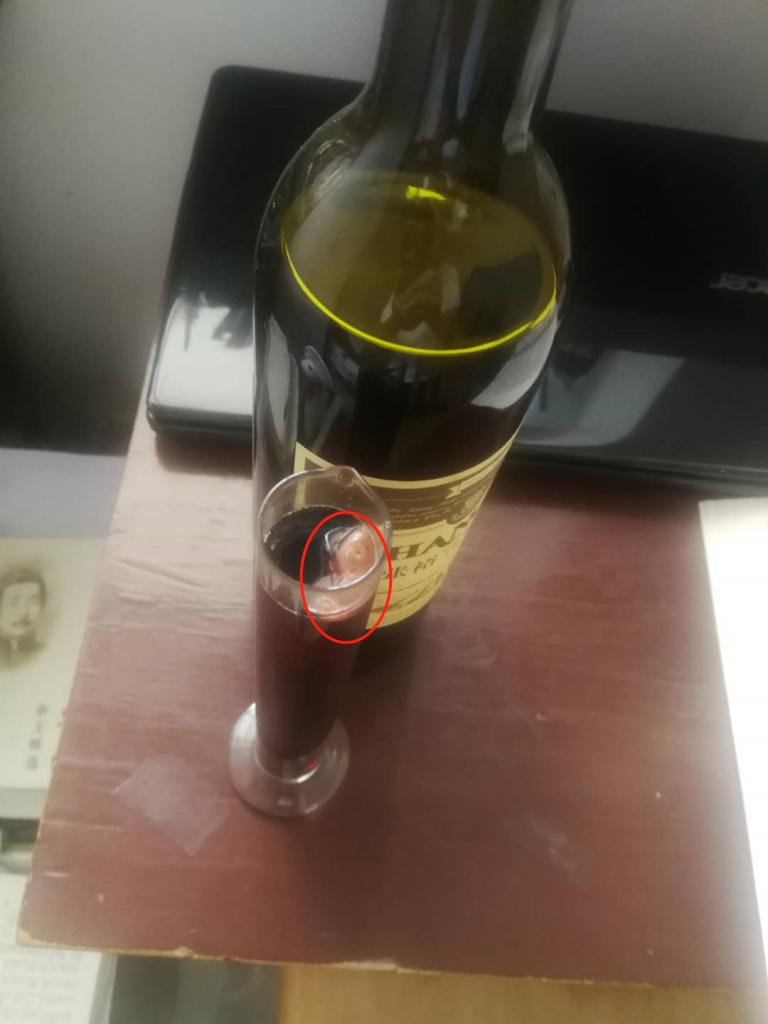顾客称张裕葡萄酒中喝出葡萄皮