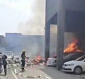 西安市莲湖区-丰禾小区发生火情 疑似垃圾堆起火引燃旁边车辆