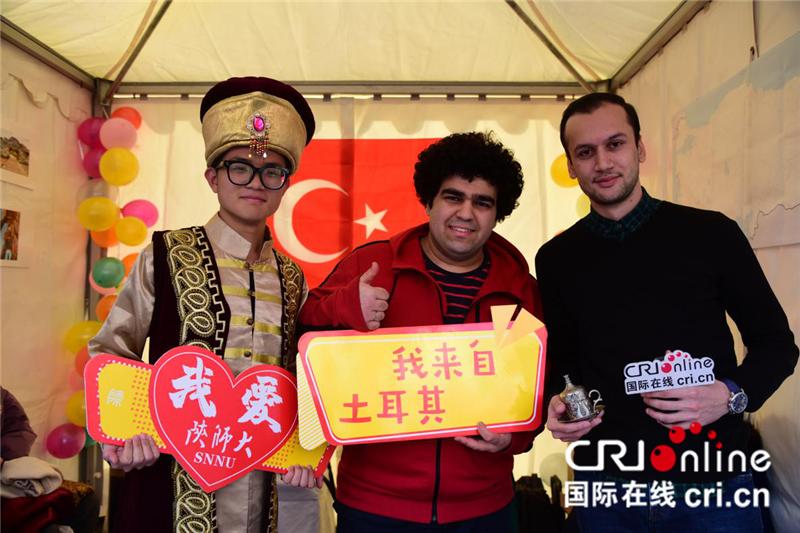 参展嘉宾(左)试穿土耳其传统服装并与土耳其留学生合影